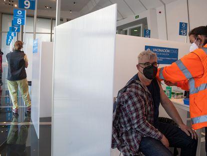 Una persona recibe la primera dosis de la vacuna de AstraZeneca el 13 de marzo en Santiago de Compostela.