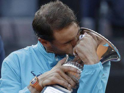 Nadal besa el trofeo de campeón en Roma tra batir a Djokovic en el Foro Itálico.