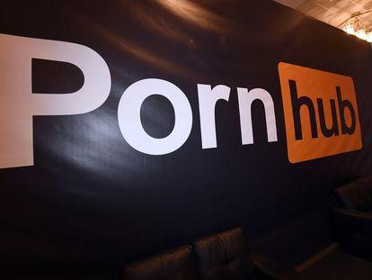 El logo de Pornhub en un estand de un evento para adultos.