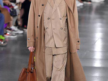 Un traje cruzado con gabardina en la colección otoño / invierno 2019 de Valentino.