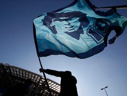 Un aficionado ondea una bandera de Maradona en los aledaños del San Paolo de Nápoles.