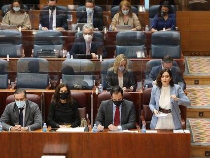 Enrique López, a la izquierda, e Isabel Díaz Ayuso, a la derecha, durante la sesión de control de este jueves en la Asamblea.