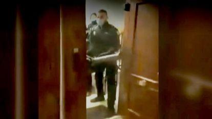 Captura de una secuencia de la intervención policial en la fiesta ilegal del pasado 21 de marzo en la madrileña calle de Lagasca.