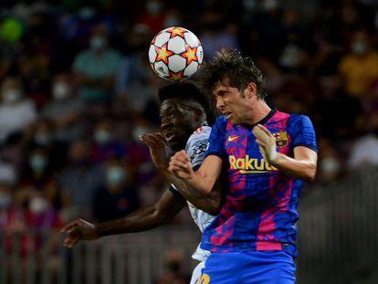 Sergi Roberto ante a Davies, en el partido del Barcelona frente al Bayern Múnich.
