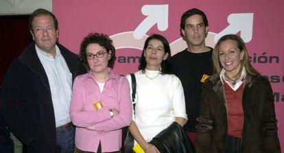 Mendiluce (d), Beatriz Gimeno, Inés Sabanés, Pedro Zerolo y Trinidad Jiménez poco antes de la inauguración del II Congreso de la Federacion Estatal de Gays y Lesbianas, que se celebra en Madrid en 2002.