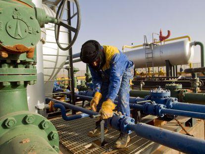 Un empleado trabaja en el campo de gas de Zarzaitine (Argelia).