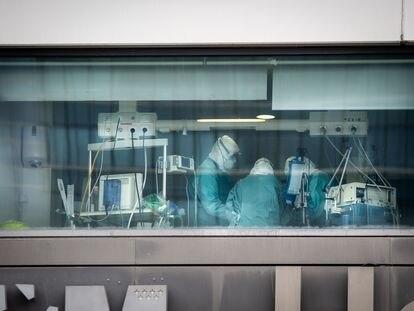 Varios sanitarios trabajan en la unidad de cuidados intensivos del hospital La Paz de Madrid.