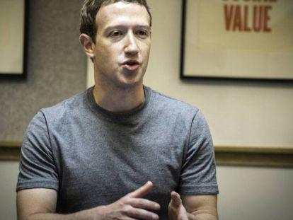Mark Zuckerberg en una sala de la sede de Facebook en Menlo Park.