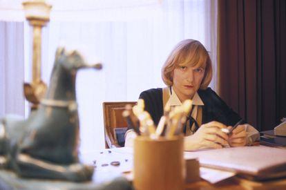 Françoise Sagan, en el escritorio de su casa en París, en 1983.