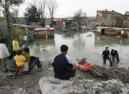 Los bomberos trabajan para achicar agua en el poblado chabolista tas las inundaciones del fin de semana.