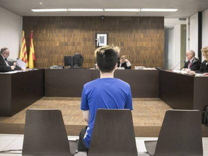 El 'youtuber' ReSet, ante la juez, en la Ciudad de la Justicia de Barcelona. En vídeo, la 'broma' del acusado.