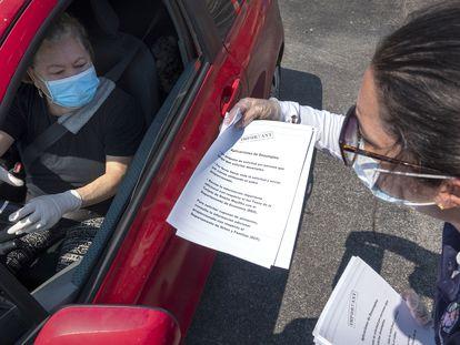 Una mujer solicita una aplicación para recibir apoyo por desempleo.