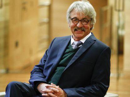 Peter Beyer, creador del arroz dorado, posa en la Real Academia de Ingenieria.