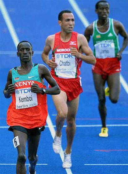Jamel Chatbi entra en la meta tras el keniano Ezekiel Kemboi y por delante del etíope Jacob Jarso en el Mundial de Berlín.