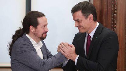 Sánchez e Iglesias, este lunes, en la firma del acuerdo.