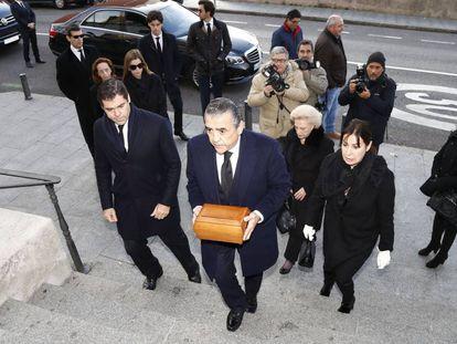 Jaime Martinez-Bordiu (en el centro), Carmen Martinez-Bordiu (a la derecha de la imagen), Luis Alfonso de Borbon (a la izquierda) y Margarita Vargas (detrás de él) en el funeral de Carmen Franco, hija de Francisco Franco, en la Catedral de La Almudena de Madrid el 31 de diciembre de 2017.