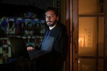 Marc Colomines es director creativo y hace 'mappings' para sus vecinos del Raval.