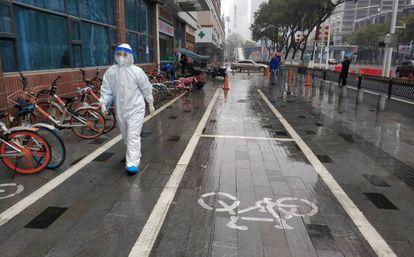 Un sanitario en una calle de Wuhan el pasado enero.
