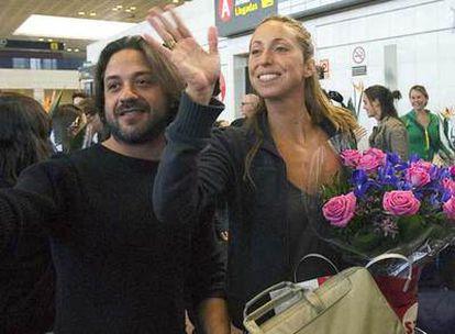 Enrique Arce, con Gemma Mengual en el aeropuerto de Barcelona.