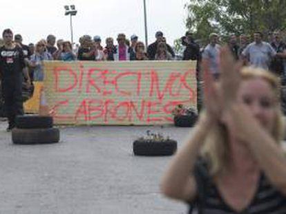 Trabajadores de la planta de Panrico en Santa Perpètua de Mogoda, bloquean el acceso a la fábrica para reclamar el abono íntegro de la paga de septiembre.