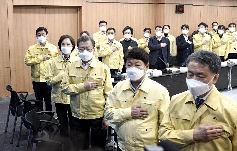 El presidente de Corea del sur el tercero por la izquierda el pasado 25 de febrero en el Ayuntamiento de Daegu