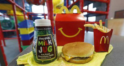 Un menú infantil de Mcdonalds con dos de los productos que van a ser retirados.