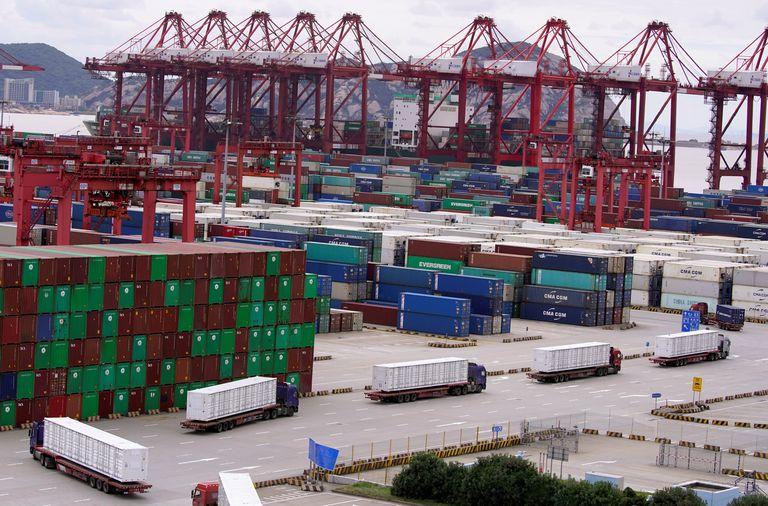Contenedores y camiones en el puerto de Shanghái (China), el 19 de octubre.