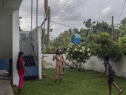 Unos niños juegan en el centro de actividades para huérfanos en Horana, Sri Lanka, fundado por dos británicos que perdieron a sus padres en el tsunami de 2004 en el Índico.