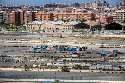 Perspectiva del abandonado circuito de la Fórmula 1 de Valencia, muy cerca del puerto, con varios núcleos de chabolas diseminados y vallas utilizadas durante las carreras.