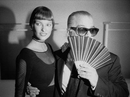 Karl Lagerfeld se oculta con un abanico mientras posa con la modelo Linda Evangelista.