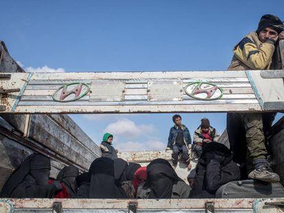 Mujeres y niñoS huyen de los combates de Baghouz (Siria)  en una ofensiva de las Fuerzas Democráticas Siria.