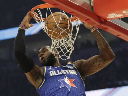 LeBron James, en un mate, durante el All Star.