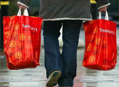 La entrega de bolsas de plástico es una práctica habitual en los comercios muy contaminadora.