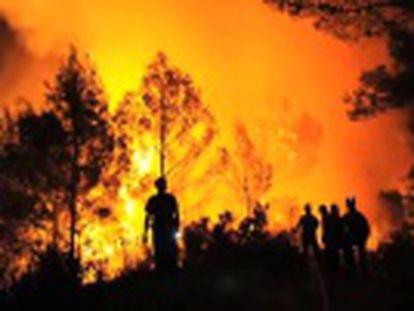 Un bombero de Mijas (Málaga) graba con una cámara cómo se enfrentan a las llamas. Más de 150 personas han muerto en los últimos 30 años combatiendo el fuego