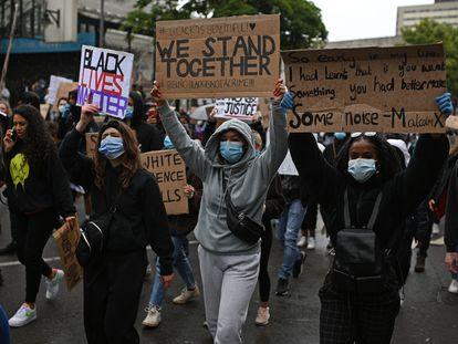 Manifestantes protestan por la violencia policial contra los afroamericanos en Birmingham este jueves.