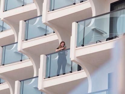 Una turista en la terraza de un hotel de Palma el pasado 24 de agosto.