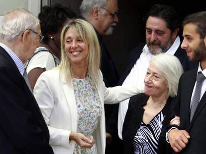 Verónica Pareja, nieta de Ana María Matute, abraza a María Pilar Matute, hermana de la escritora, a la salida del funeral de la autora.