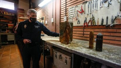 Fernándo Blázquez, jefe de grupo de los Tedax de la Policía Nacional, enseña parte de la bomba que apareció hace unos días en unas obras en Aravaca.