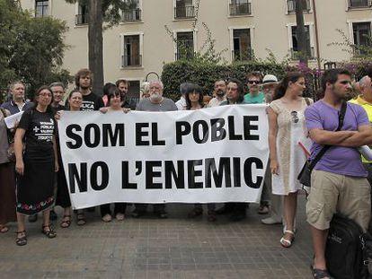 Miembros de la plataforma El Micalet frente al IES Lluís Vives de Valencia.