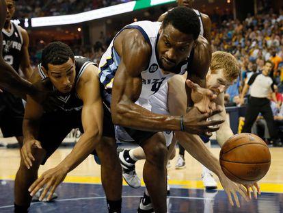 Tony Allen, cuando jugaba con Memphis Grizzlies, pugna por el balón entre Cory Joseph y Matt Boner, de los Spurs.