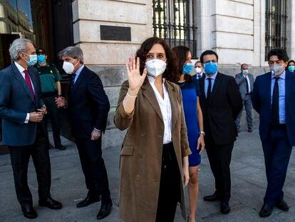 La presidenta de Madrid, Isabel Díaz Ayuso, saluda tras el minuto de silencio por las víctimas de la covid de este miércoles.