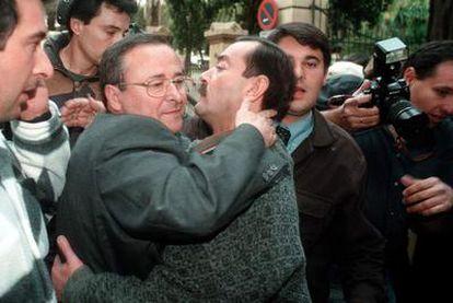 Fernando Puche, en una imagen de 1999, sale de los juzgados tras pagar la fianza tras ser detenido en relación con la red de contrabando de tabaco por la que ha sido condenado hoy.