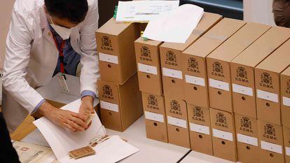 Algunas de las cajas que se entregaron este sábado en el ANC procedentes de Salamanca.