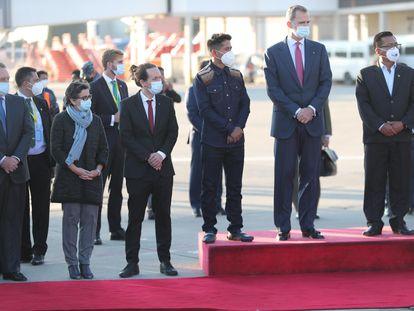 Felipe VI, Pablo Iglesias y Arancha González, a su llegada a Bolivia para participar en la toma de posesión del nuevo presidente del país, Luis Arce.