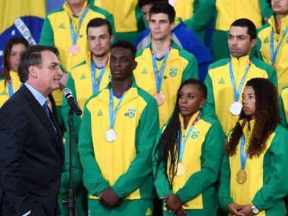El presidente Jair Bolsonaro recibe a atletas que ganaron medallas en los Juegos Panamericanos.