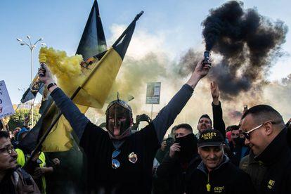Un grupo de taxistas, durante la manifestación de este miércoles en Madrid.