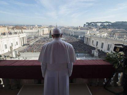 El papa Francisco, de espaldas, en el Vaticano.