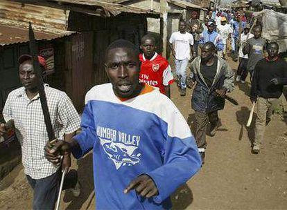 Partidarios de Odinga, armados con espadas, machetes, piedras y maderos, recorren las calles de Kibera.