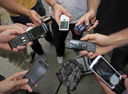 Hay padres que prefieren que sus hijos tengan móviles para tenerlos localizados.