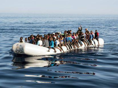 Dos guardias costeros libios en una embarcación de migrantes cerca de Trípoli en 2017.